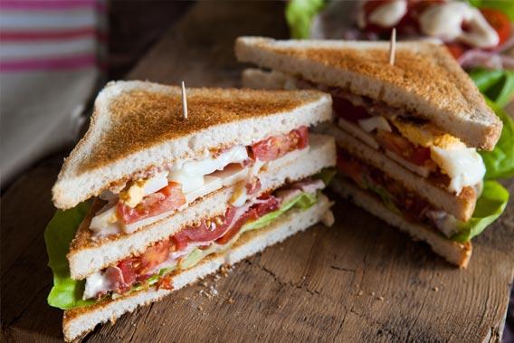 Club sandwich med karry dressing