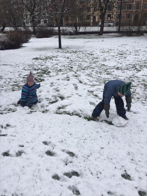 Børnene boltrer sig i sneen