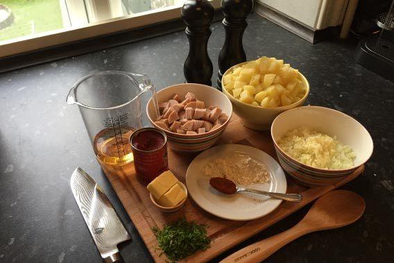 Ingredienserne til svensk pølseret